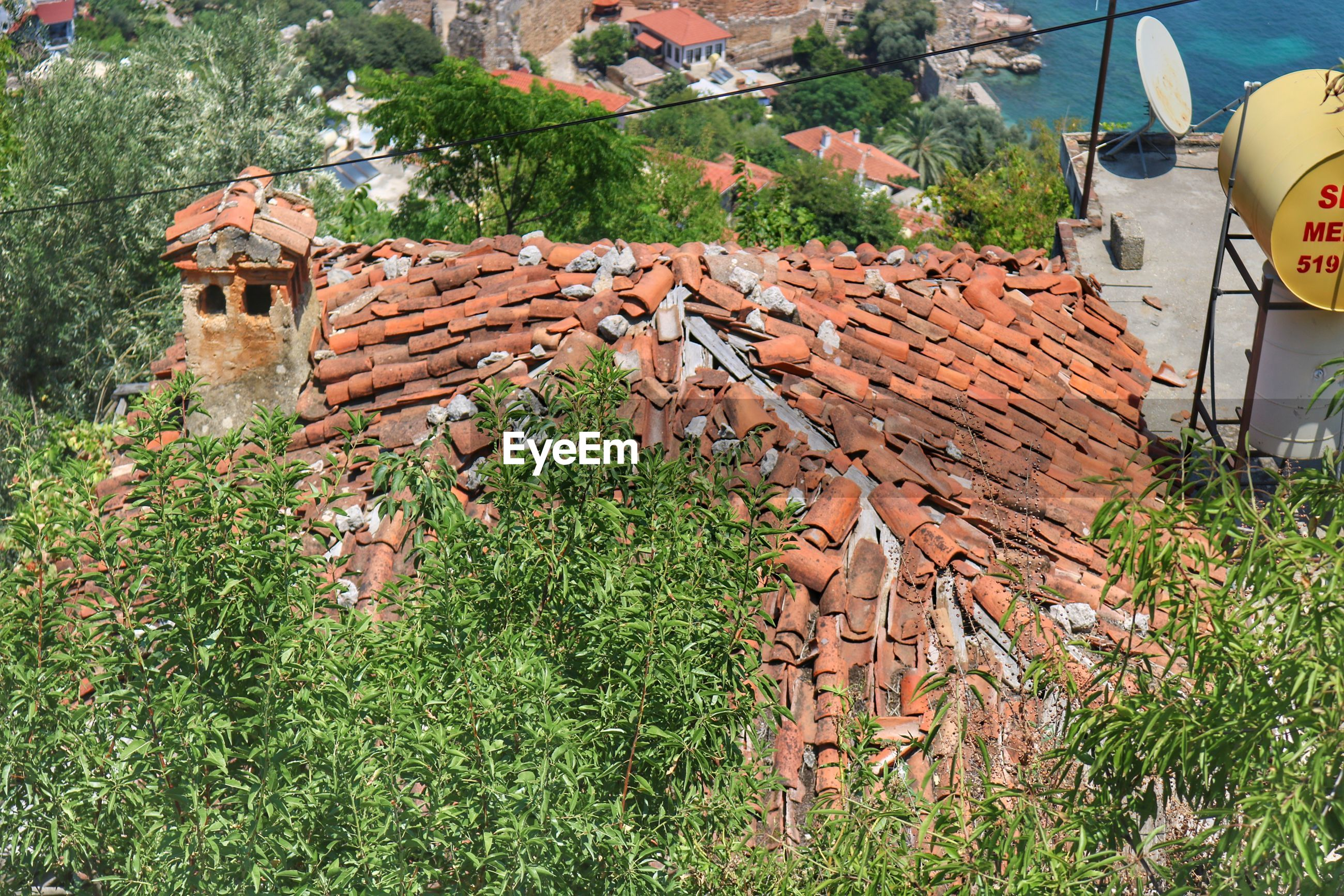 HIGH ANGLE VIEW OF ROOF TILES ON HOUSE