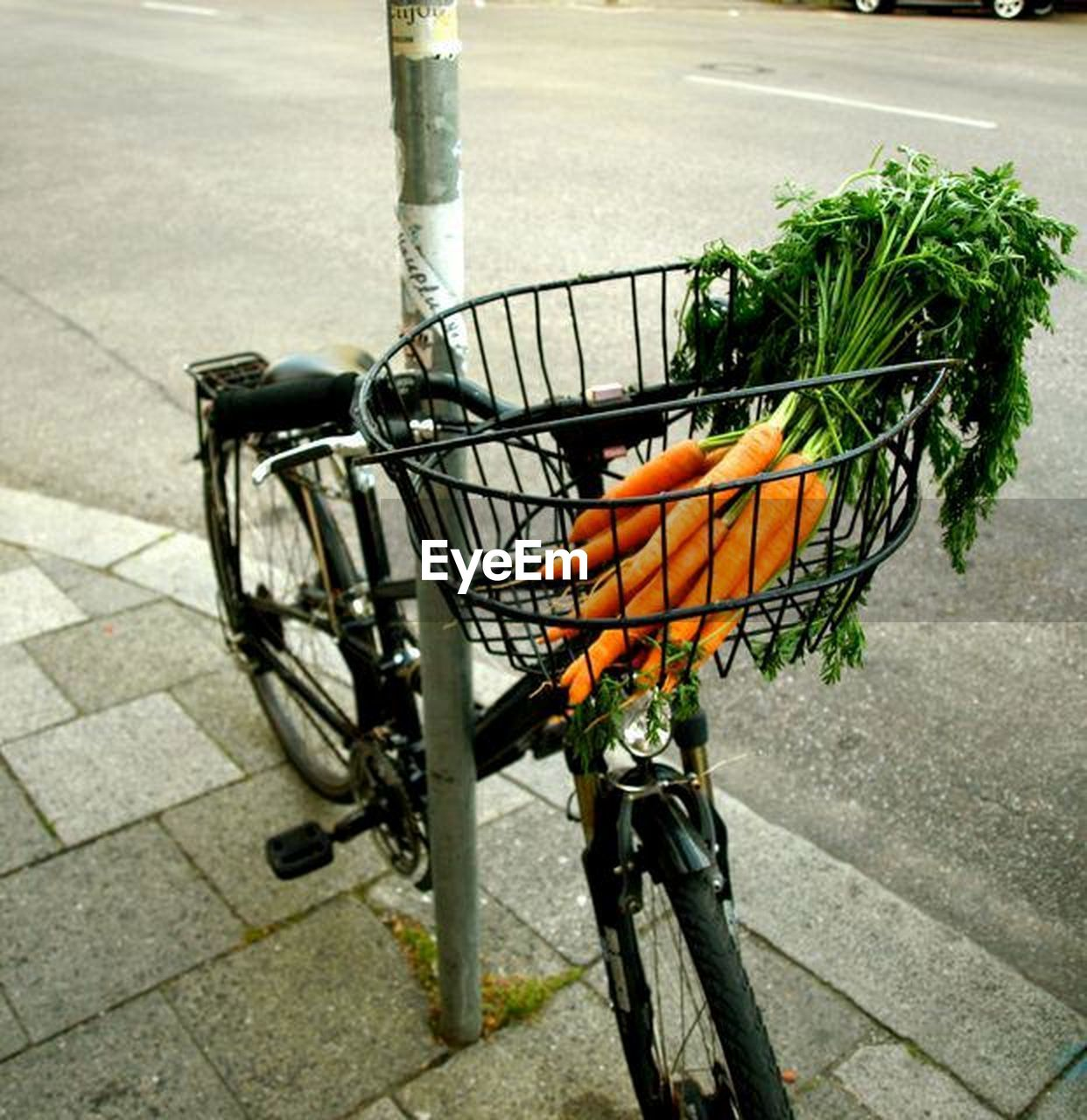 bicycle, city, basket, day, transportation, no people, food, bicycle basket, street, food and drink, high angle view, outdoors, healthy eating, container, land vehicle, root vegetable, carrot, mode of transportation, vegetable, road