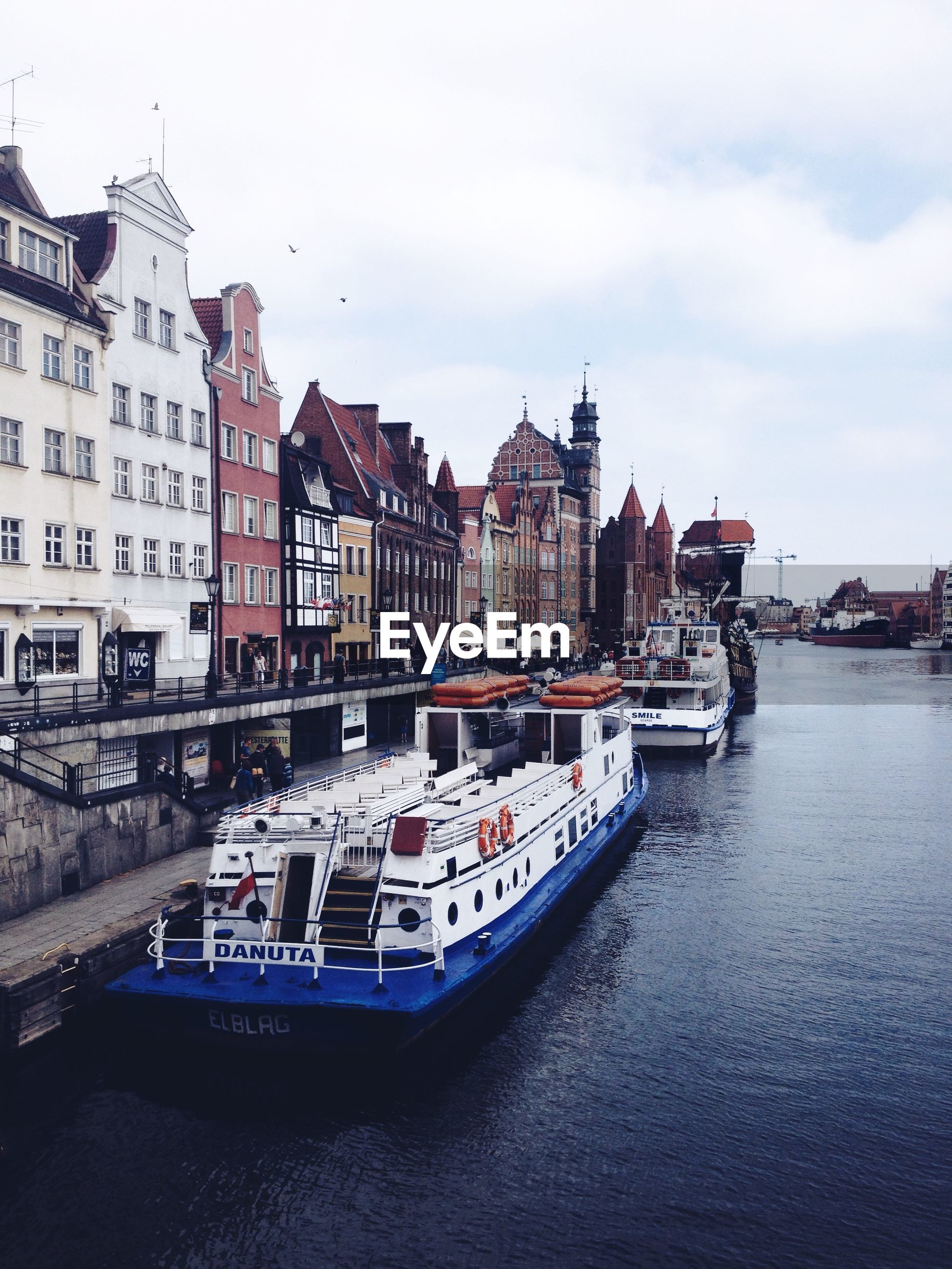 building exterior, architecture, built structure, water, nautical vessel, transportation, boat, waterfront, mode of transport, moored, city, sky, canal, residential structure, river, residential building, house, residential district, building, sea