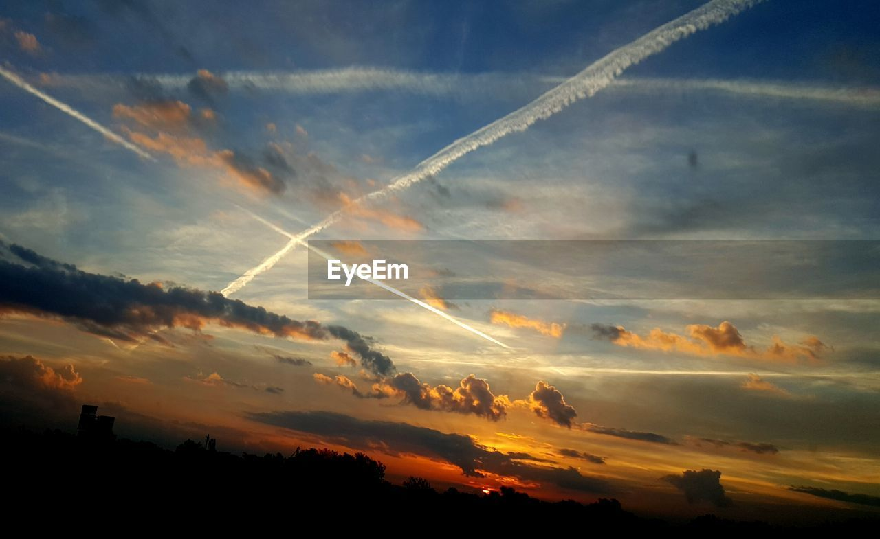 vapor trail, sunset, contrail, nature, beauty in nature, sky, majestic, no people, scenics, tranquil scene, silhouette, outdoors, day