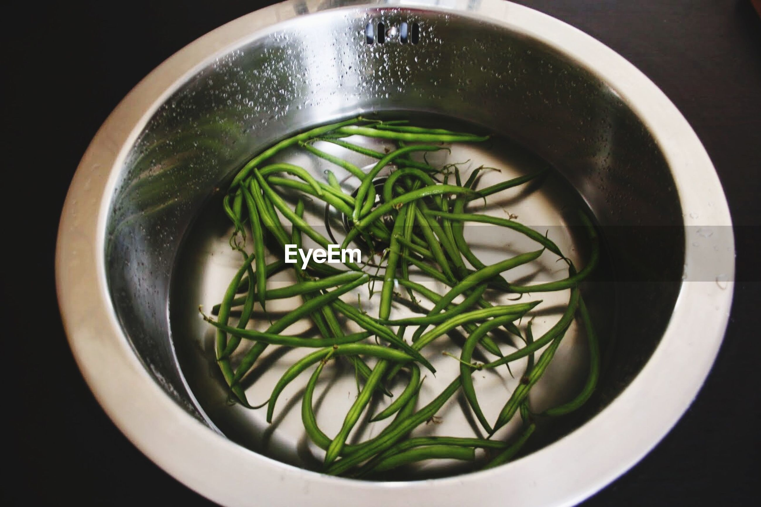 Pods of black-eyed peas in water