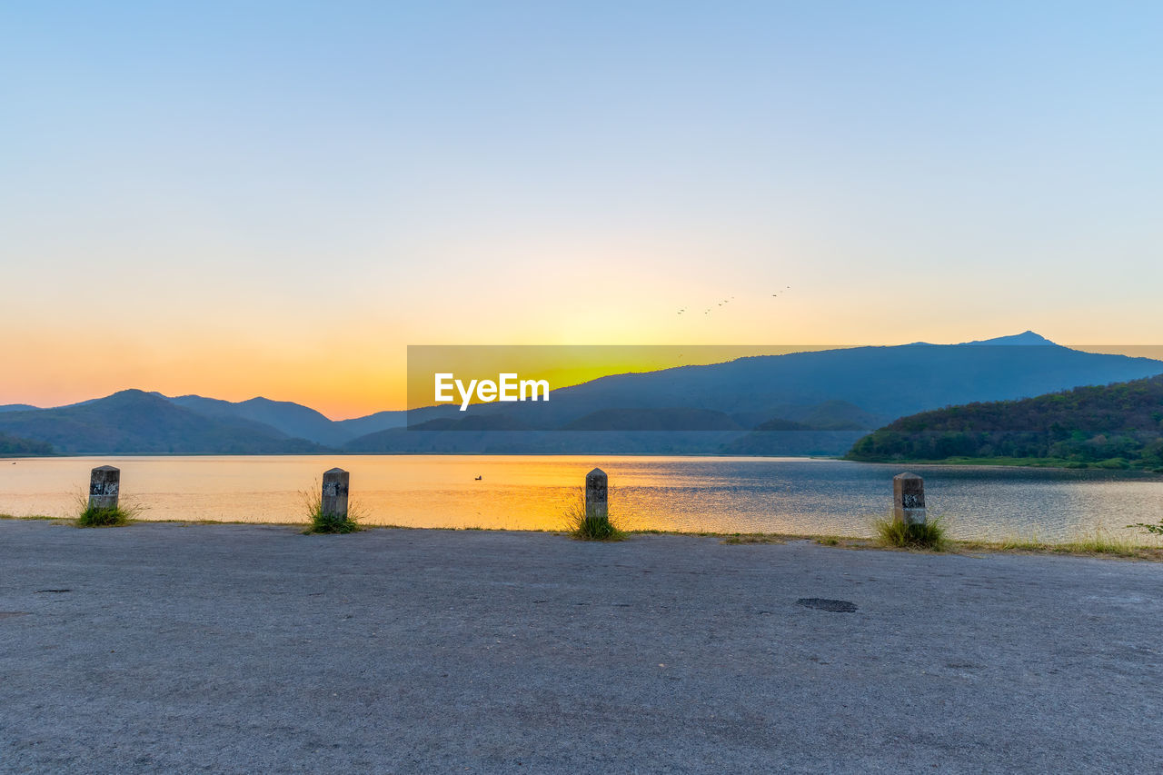 sky, mountain, scenics - nature, beauty in nature, water, tranquil scene, tranquility, mountain range, sunset, no people, non-urban scene, copy space, nature, clear sky, idyllic, lake, remote, environment, outdoors