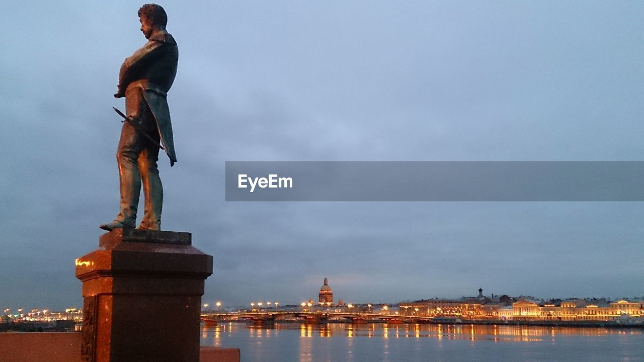 LOW ANGLE VIEW OF STATUE OF CITY