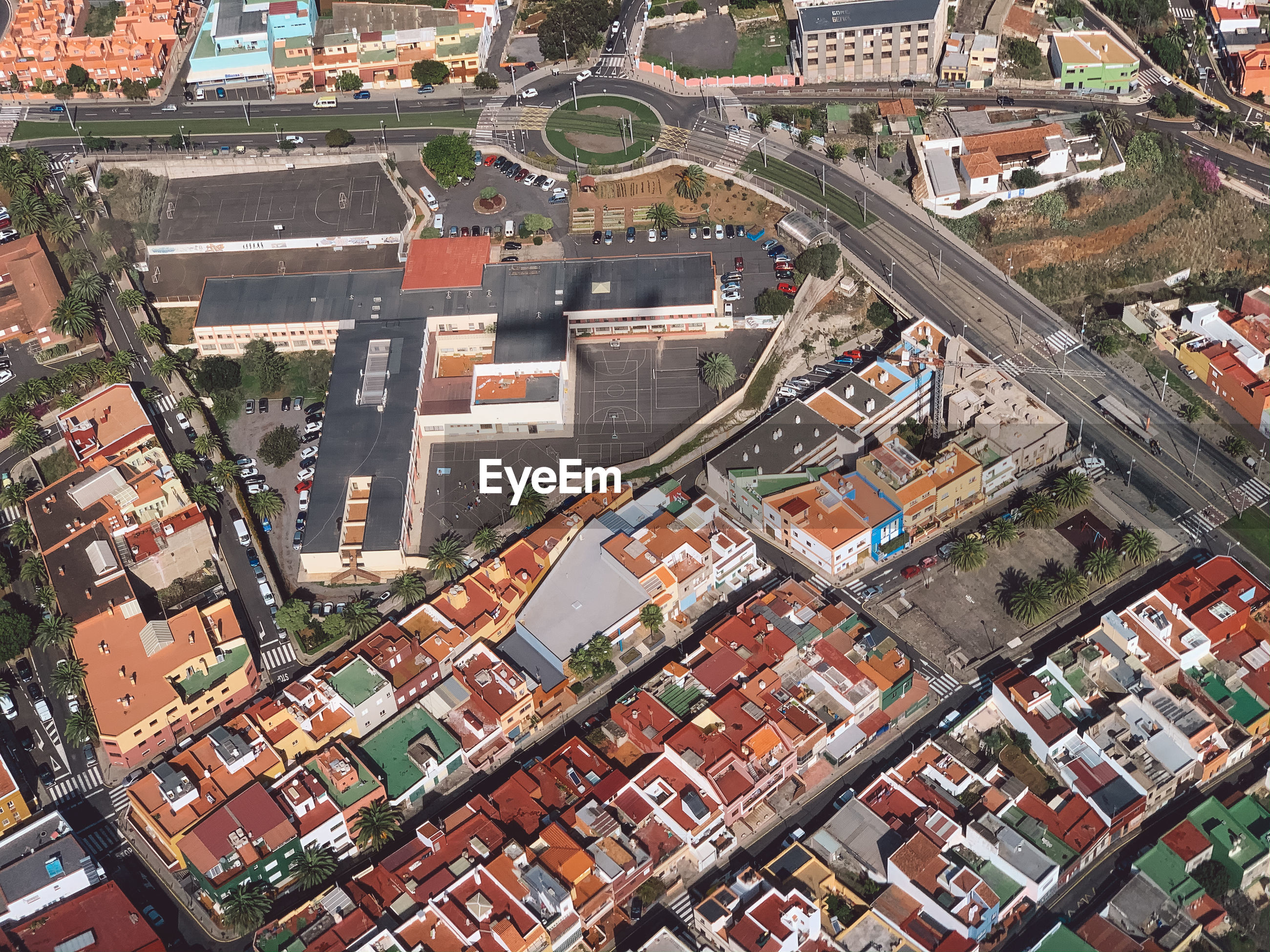 HIGH ANGLE VIEW OF TOWNSCAPE AGAINST CITY