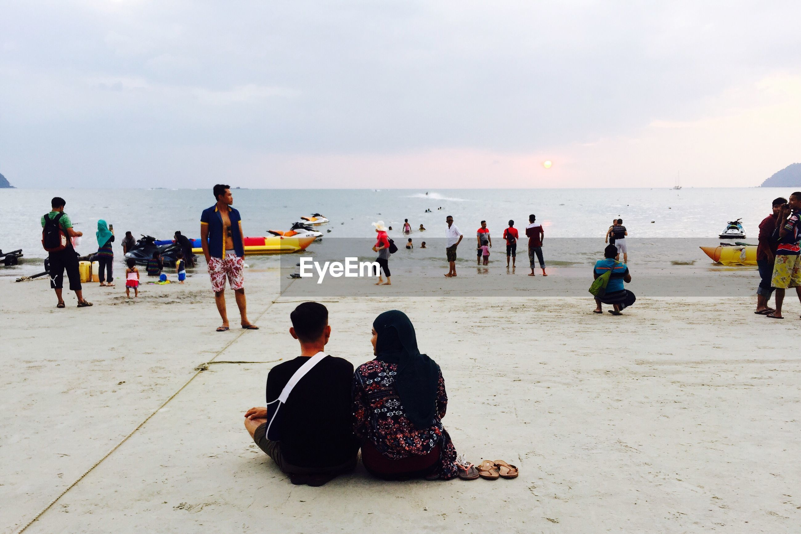 sea, large group of people, sky, lifestyles, water, beach, leisure activity, men, horizon over water, person, cloud - sky, shore, vacations, mixed age range, togetherness, enjoyment, sand, tourist, weekend activities