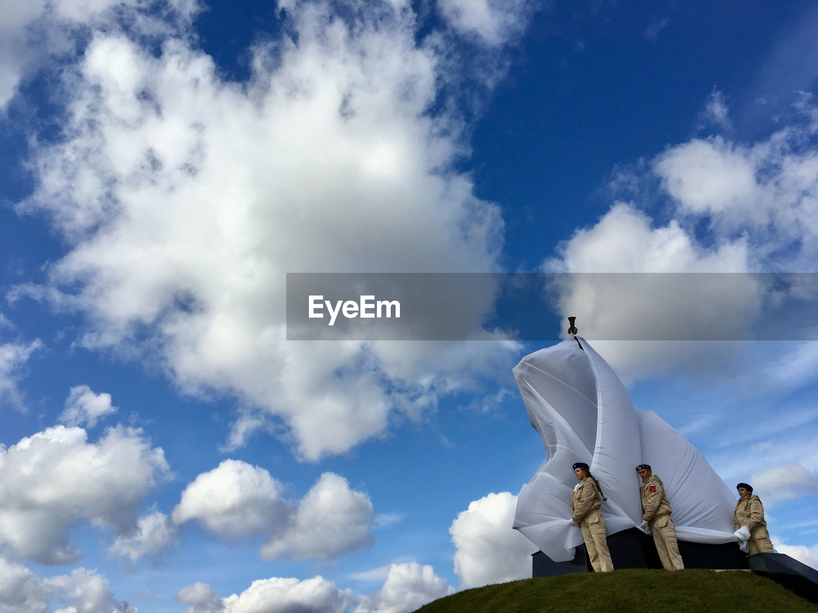 LOW ANGLE VIEW OF MAN STATUE AGAINST SKY