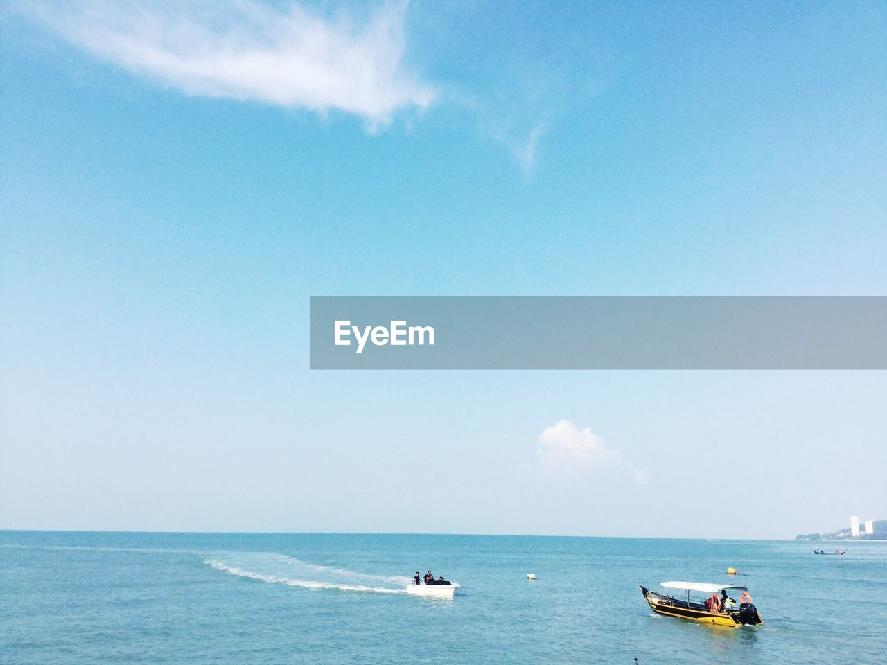 BOATS IN SEA AGAINST SKY