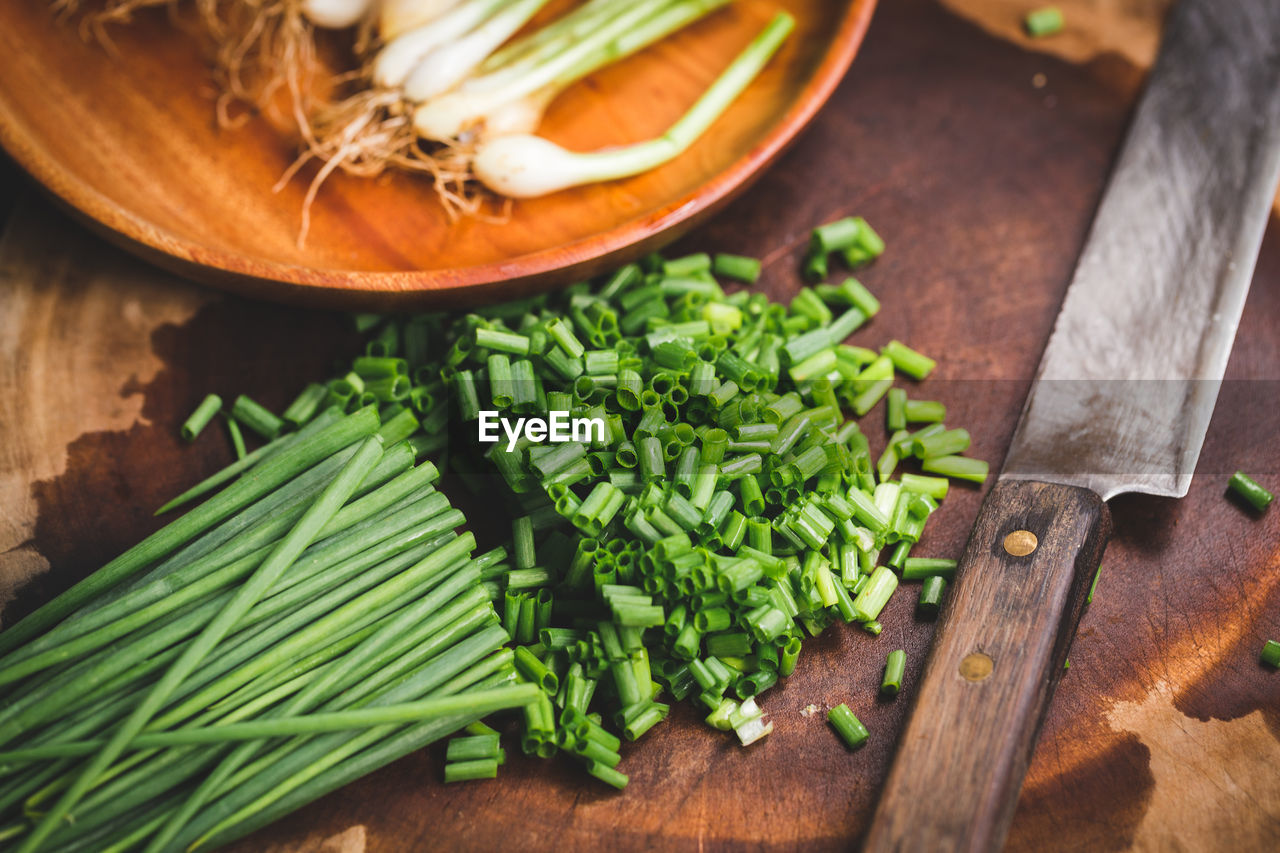 HIGH ANGLE VIEW OF FRESH VEGETABLES ON CUTTING BOARD