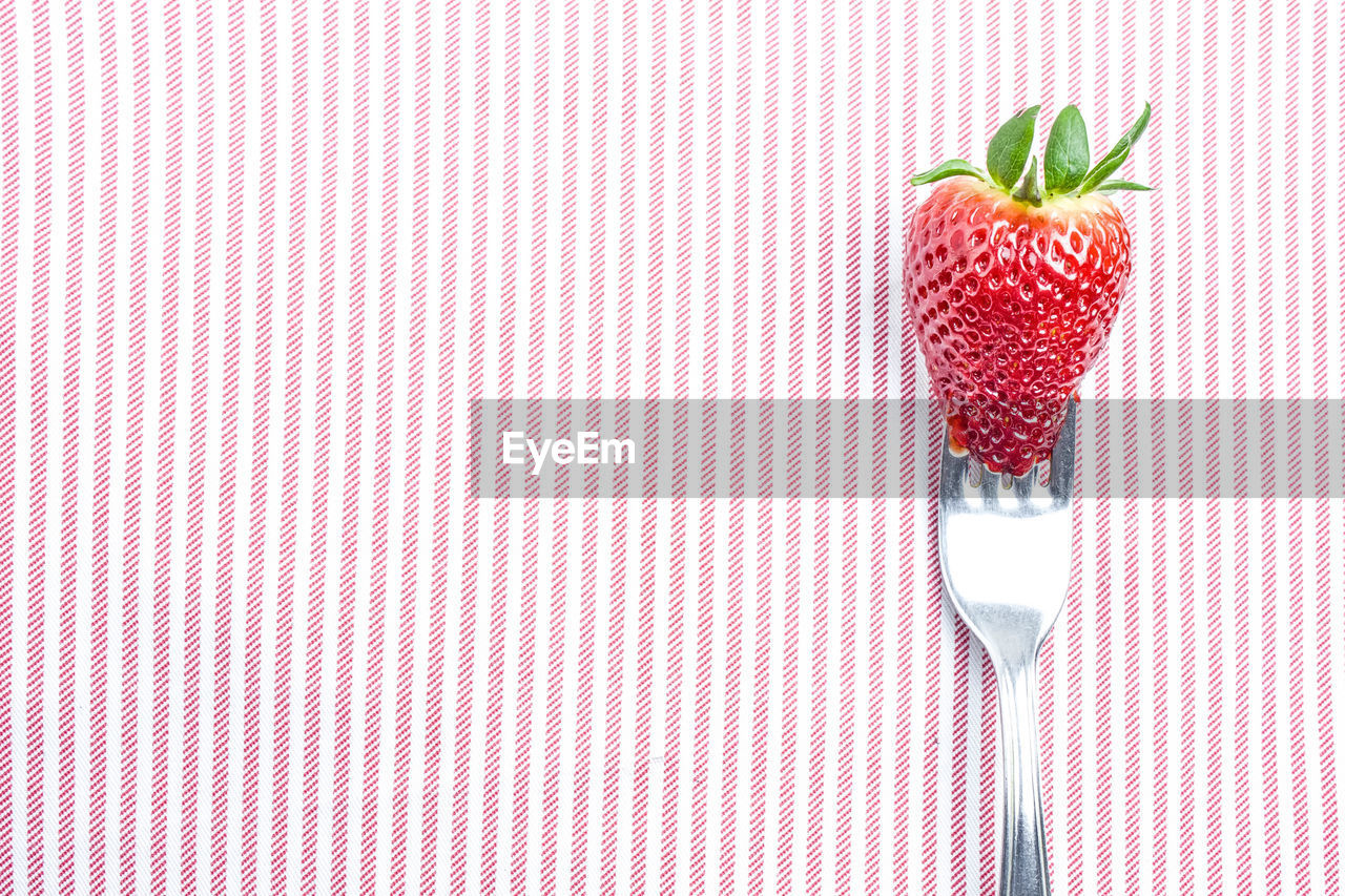 CLOSE-UP OF STRAWBERRIES ON STRAWBERRY