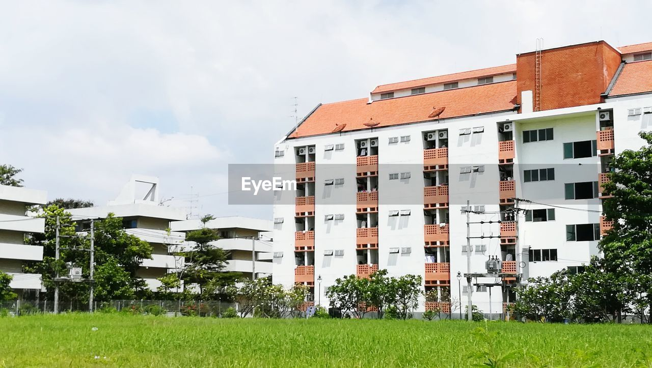 building exterior, architecture, built structure, house, residential building, day, grass, no people, outdoors, sky, apartment, tree, nature