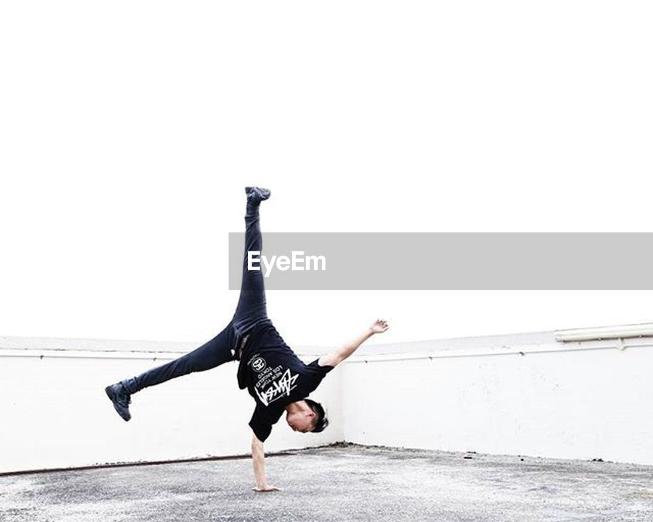 exercising, healthy lifestyle, one man only, full length, adults only, balance, only men, flexibility, adult, one person, handstand, upside down, strength, men, outdoors, one young man only, people, young adult, day, legs apart, human body part, athlete, sportsman, sky
