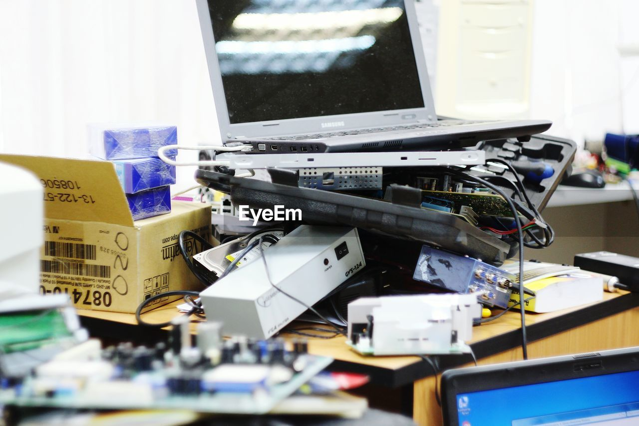 technology, computer, no people, communication, connection, indoors, table, still life, computer equipment, close-up, selective focus, equipment, machinery, business, wireless technology, electronics industry, day, large group of objects, industry, keyboard