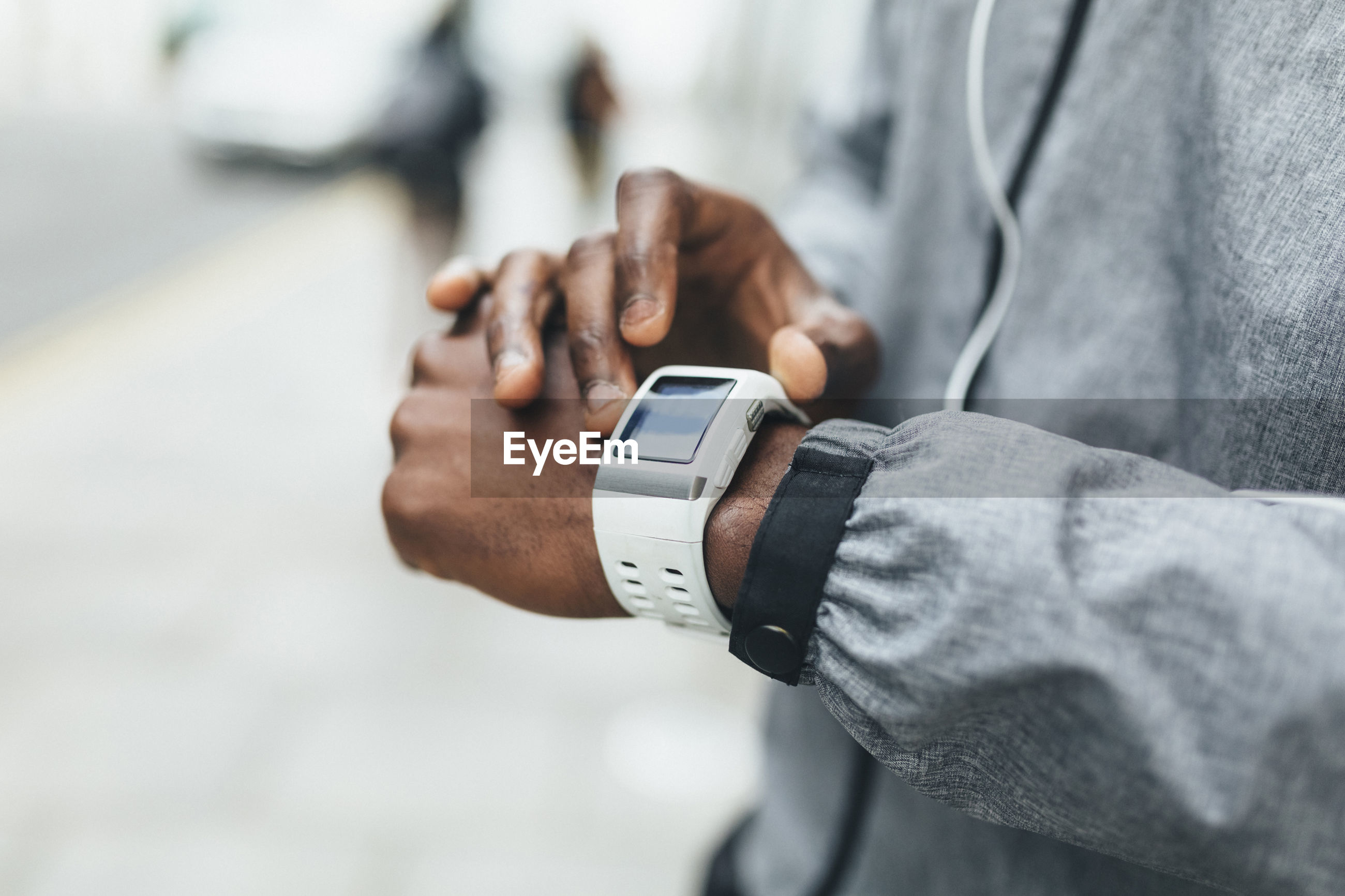 CLOSE-UP OF MAN HAND HOLDING CLOCK