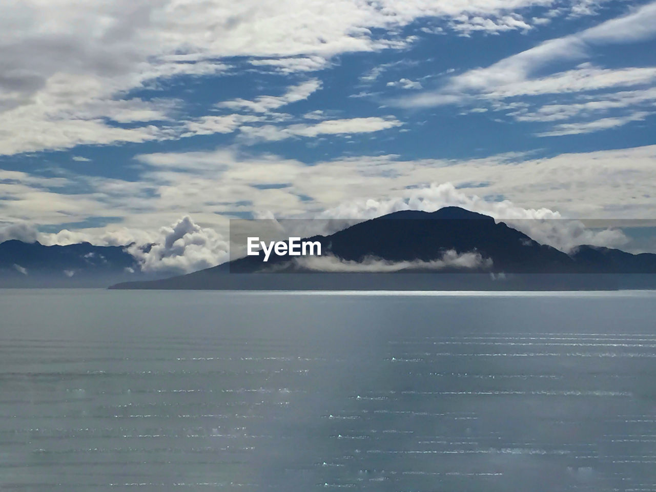 SCENIC VIEW OF SEA BY SNOWCAPPED MOUNTAINS AGAINST SKY