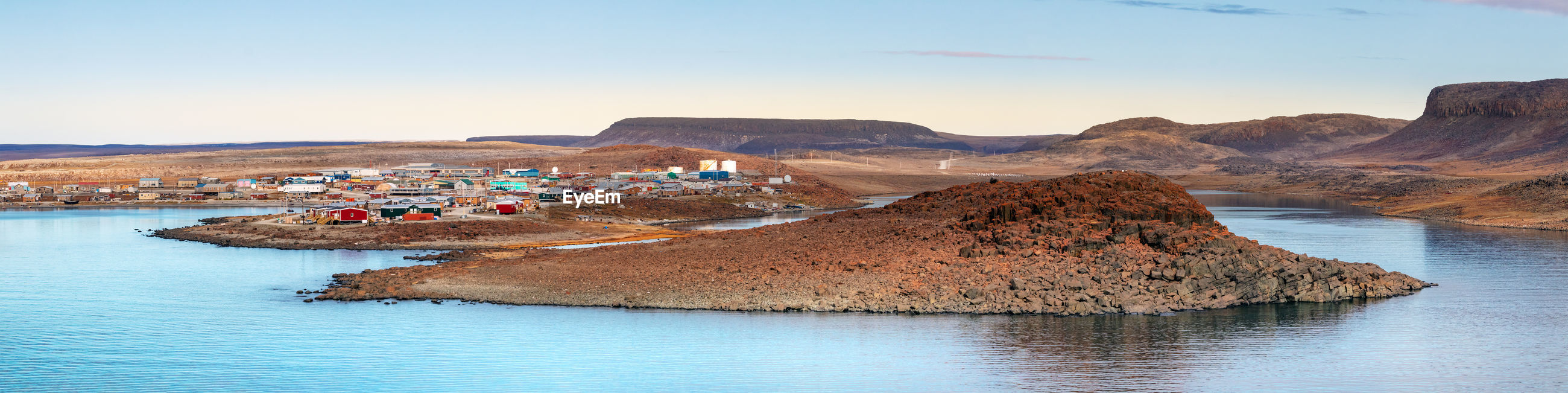 The coastline of ulukhaktok, at the amundsen gulf in the northwest territories, canada.