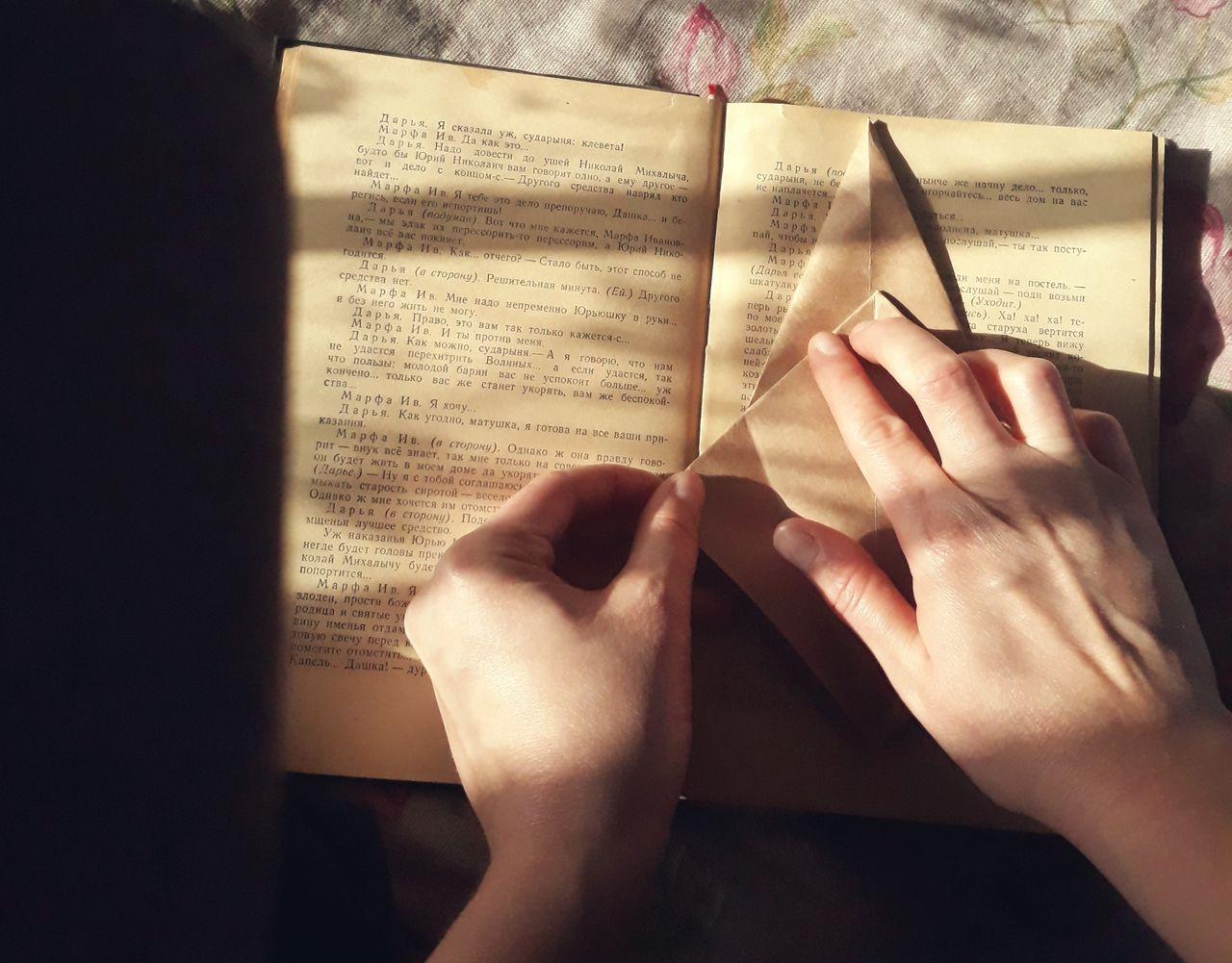 HIGH ANGLE VIEW OF WOMAN HAND ON BOOK