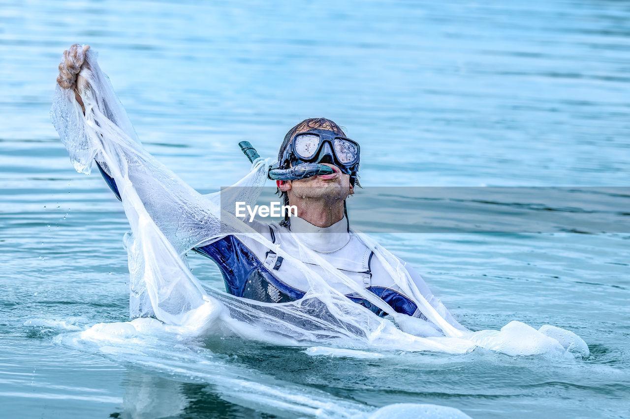 FULL LENGTH PORTRAIT OF MAN ON SEA