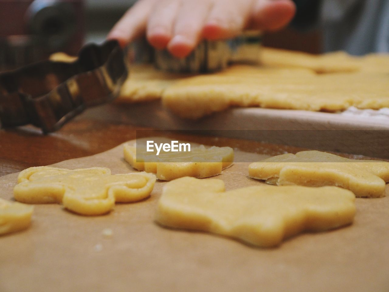 preparation, food, food and drink, dough, freshness, preparing food, indoors, baked, human hand, human body part, hand, cookie, selective focus, one person, close-up, sweet food, table, raw food, making, finger, baking sheet