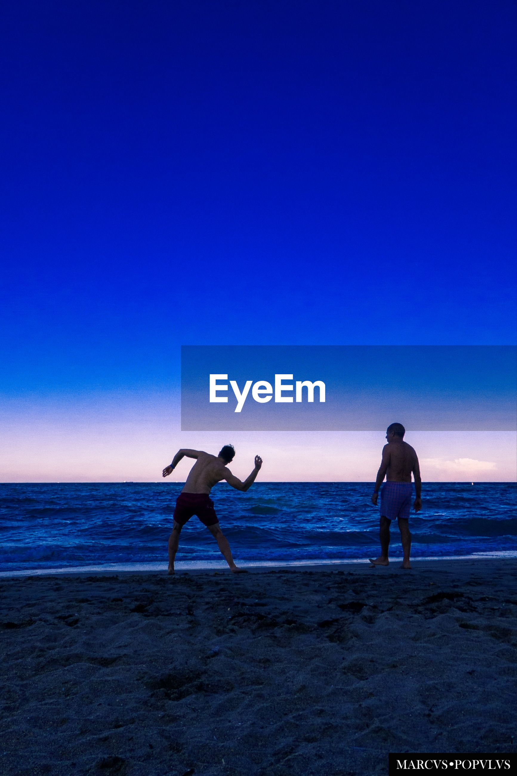sea, beach, sky, land, water, horizon, horizon over water, beauty in nature, real people, blue, scenics - nature, men, leisure activity, copy space, two people, lifestyles, nature, people, full length, outdoors