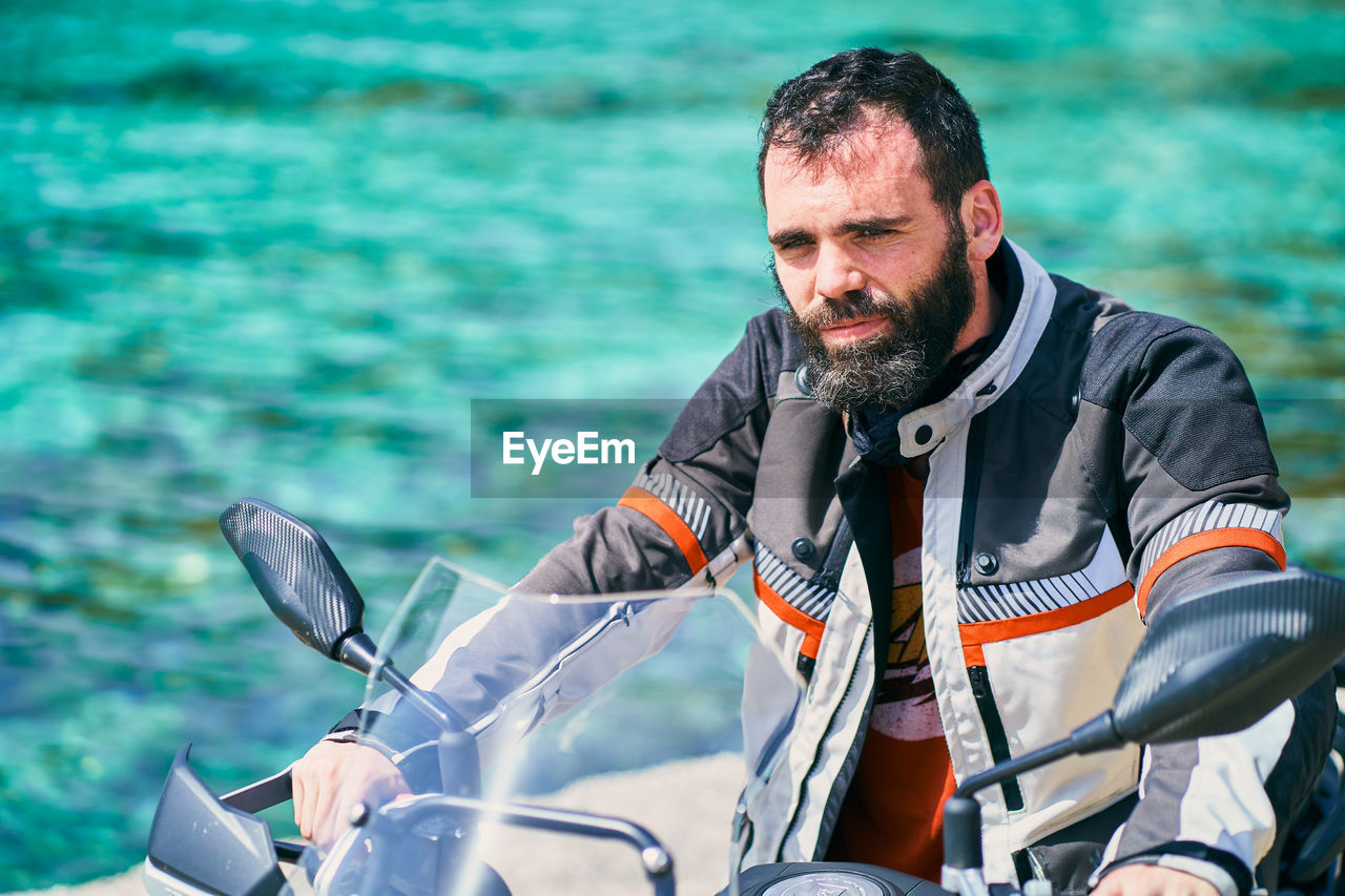 MID ADULT MAN IN SEA