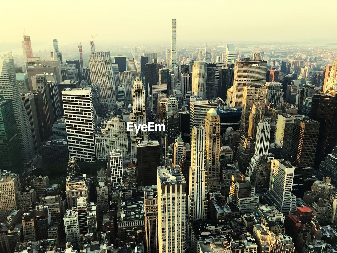 cityscape, city, building exterior, office building exterior, built structure, skyscraper, building, tall - high, architecture, modern, crowd, sky, tower, residential district, urban skyline, crowded, landscape, downtown district, nature, outdoors, financial district, spire
