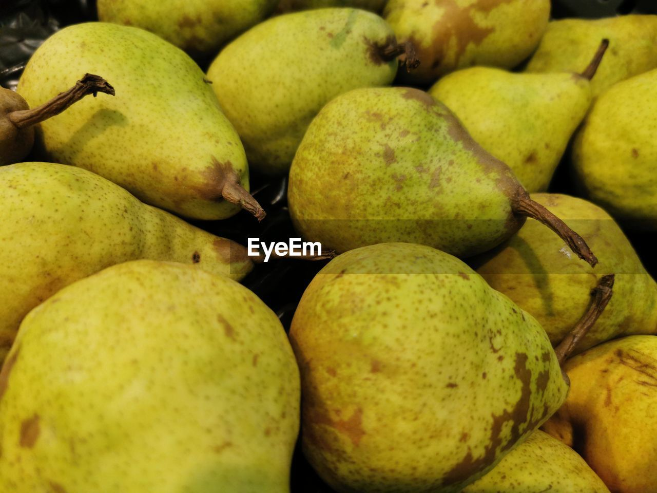 healthy eating, food and drink, food, fruit, wellbeing, freshness, green color, market, retail, pear, full frame, no people, close-up, market stall, large group of objects, abundance, for sale, backgrounds, still life, ripe, organic