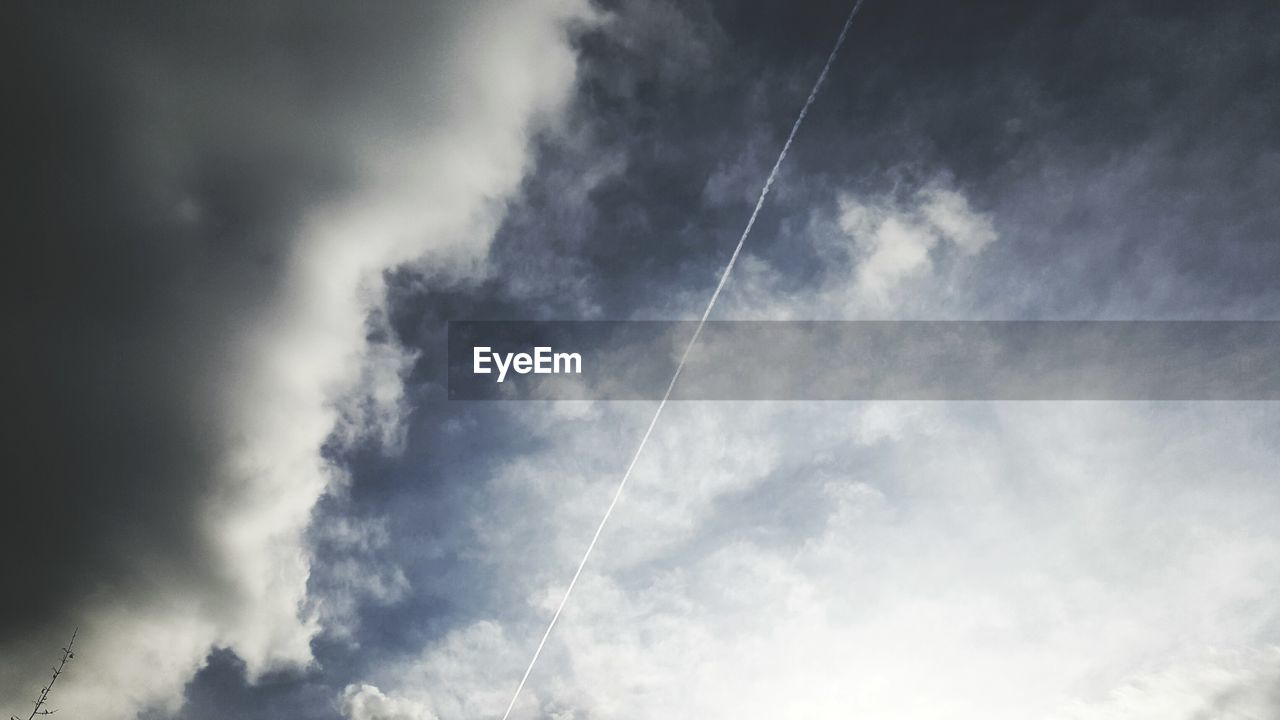 vapor trail, contrail, majestic, scenics, low angle view, beauty in nature, nature, day, sky, no people, outdoors