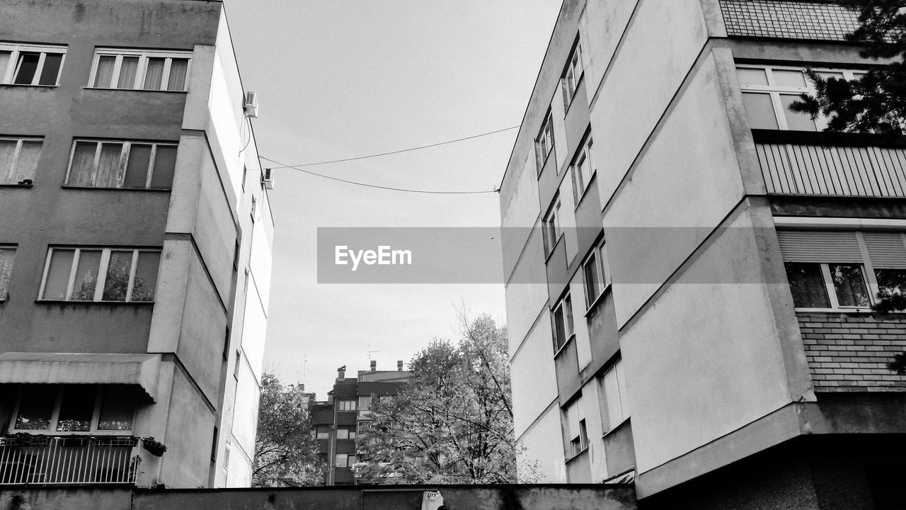 building exterior, architecture, built structure, window, residential building, day, outdoors, balcony, no people, low angle view, city, sky