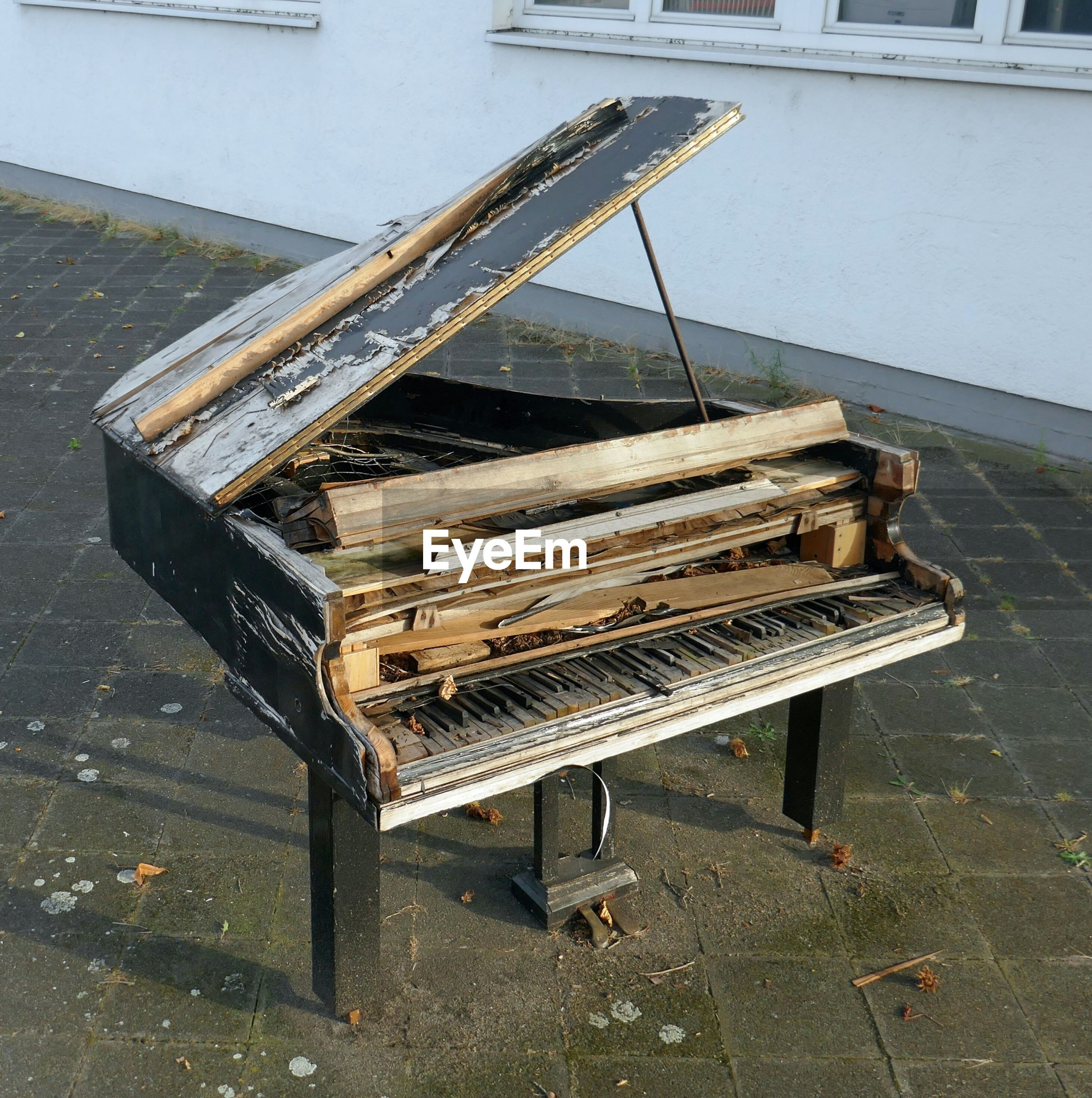 HIGH ANGLE VIEW OF ABANDONED PIANO ON FLOOR