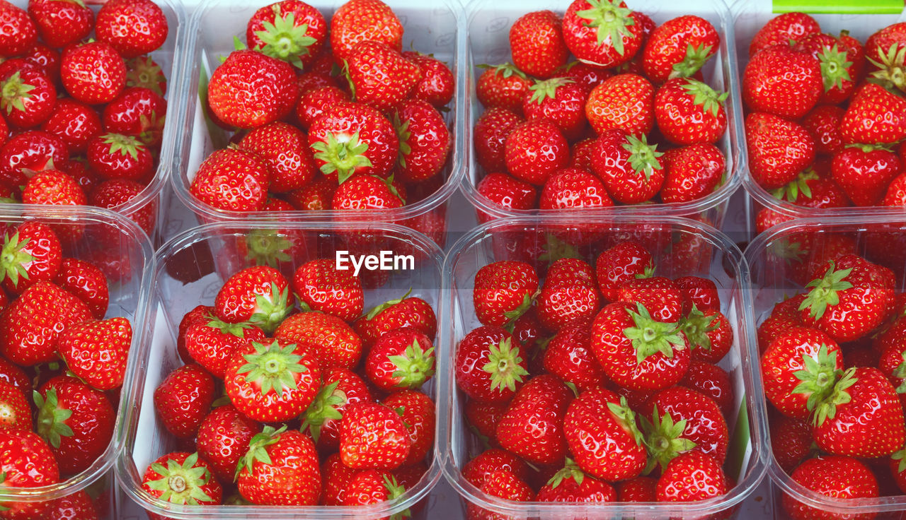 FULL FRAME SHOT OF STRAWBERRIES IN CONTAINER