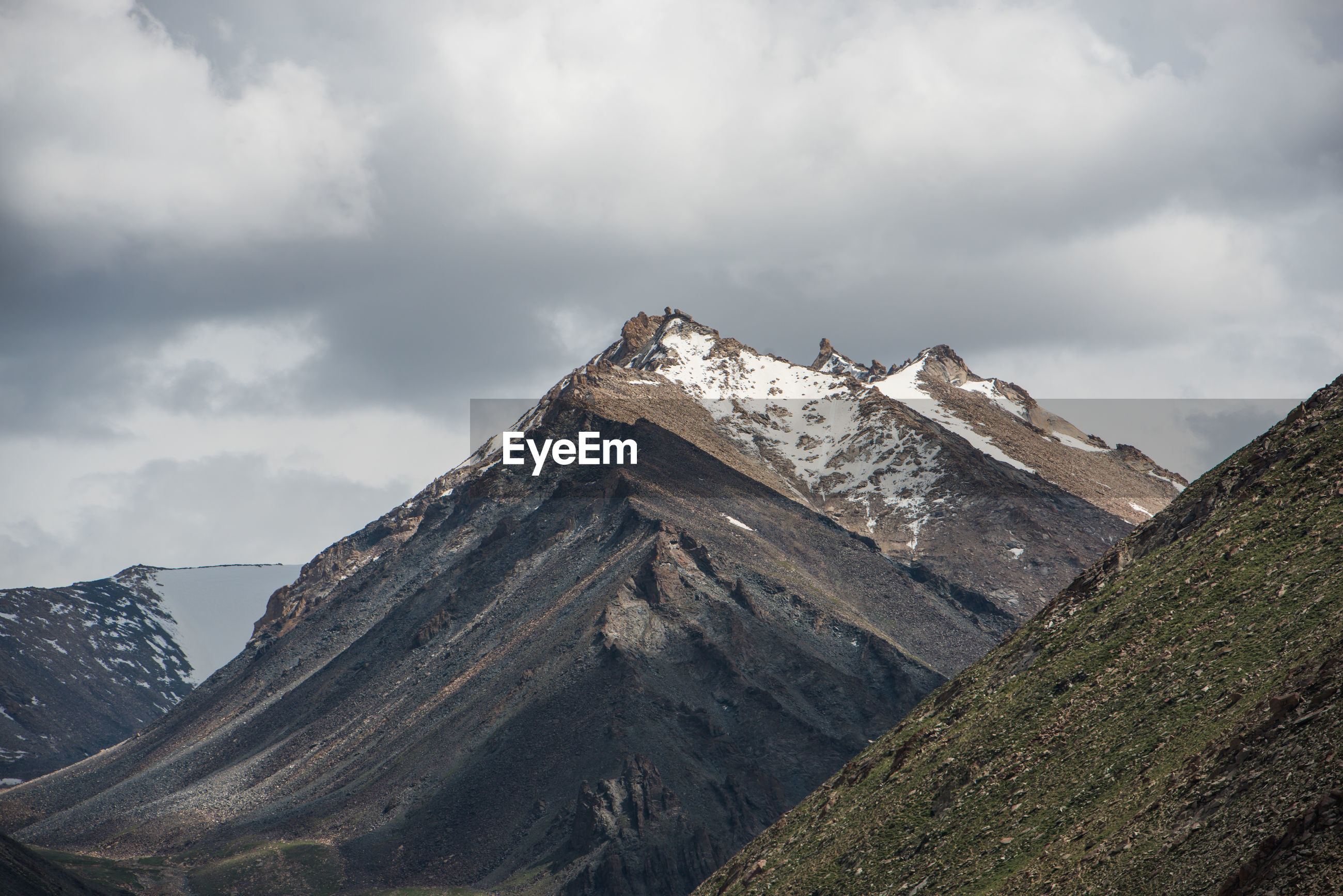 LOW ANGLE VIEW OF MAJESTIC MOUNTAIN RANGE AGAINST SKY