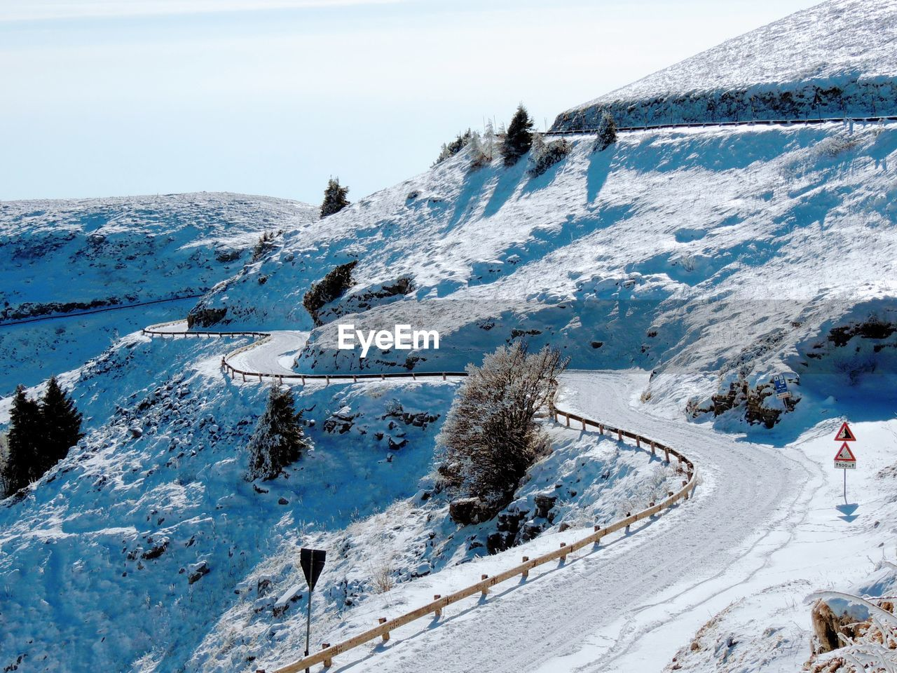 snow, winter, cold temperature, mountain, scenics - nature, beauty in nature, tranquil scene, day, white color, sky, nature, tranquility, landscape, mountain range, non-urban scene, environment, covering, snowcapped mountain, plant, outdoors