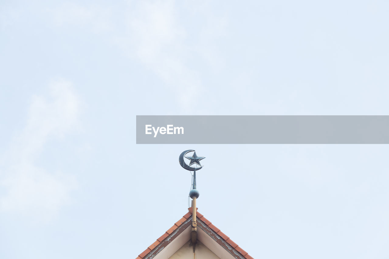 roof, low angle view, built structure, architecture, weather vane, day, no people, building exterior, sky, outdoors, cloud - sky, television aerial, nature, tiled roof