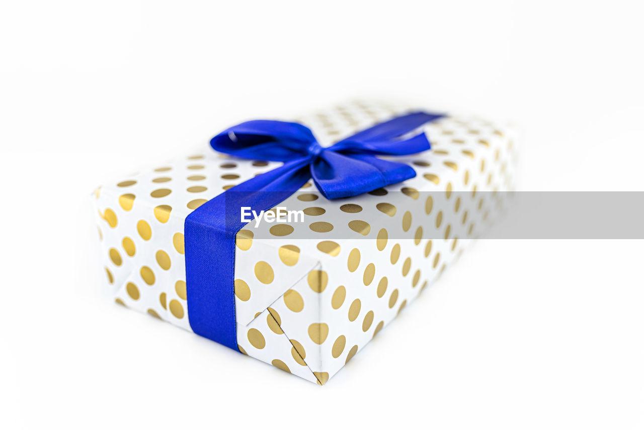 CLOSE-UP OF MULTI COLORED PENCILS IN BOX
