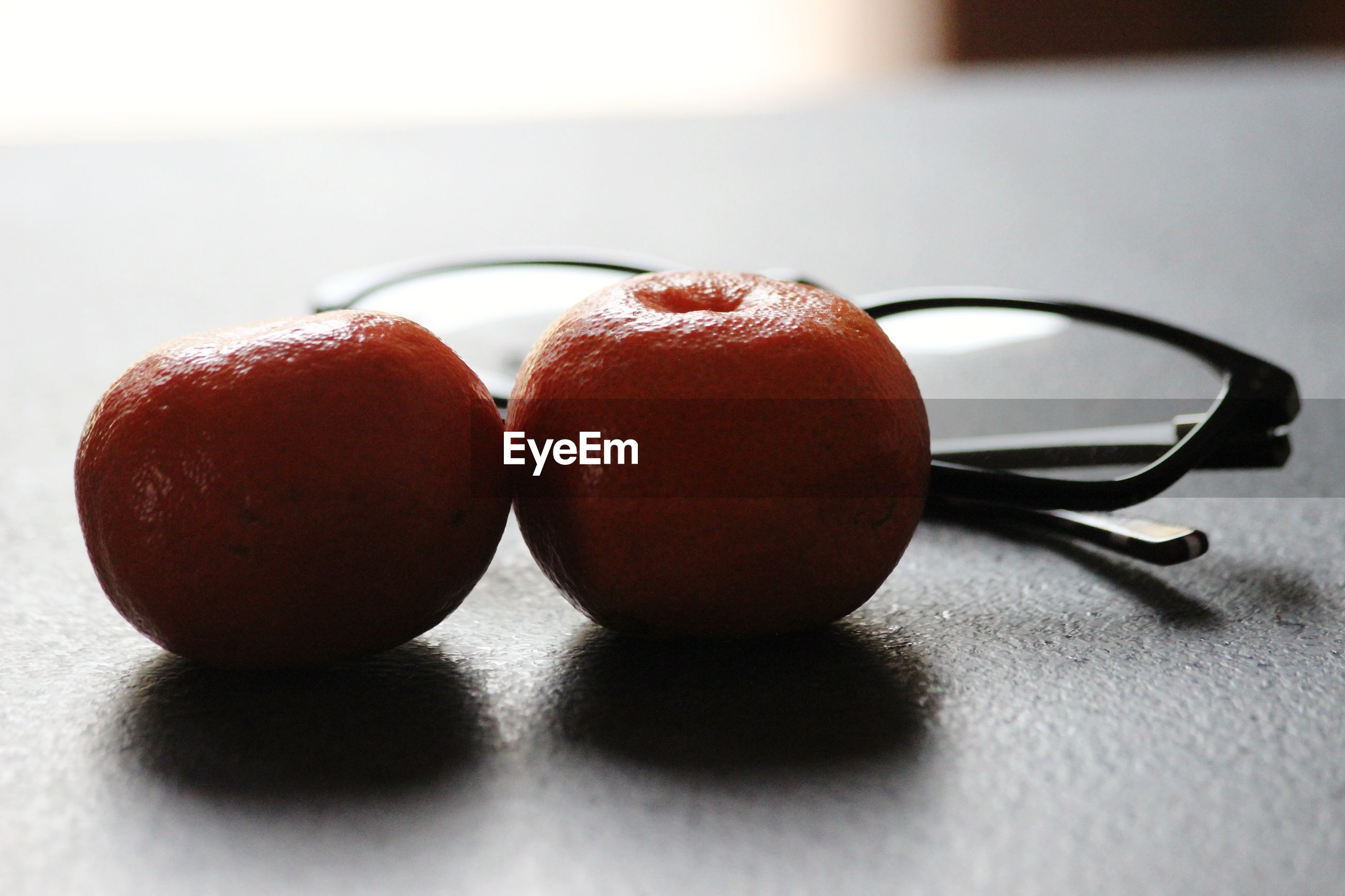 CLOSE-UP OF APPLES IN PLATE ON TABLE