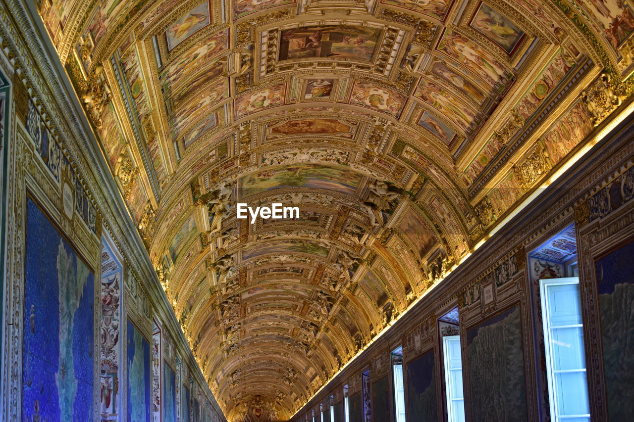 architecture, ceiling, built structure, indoors, arch, history, low angle view, no people, travel destinations, day