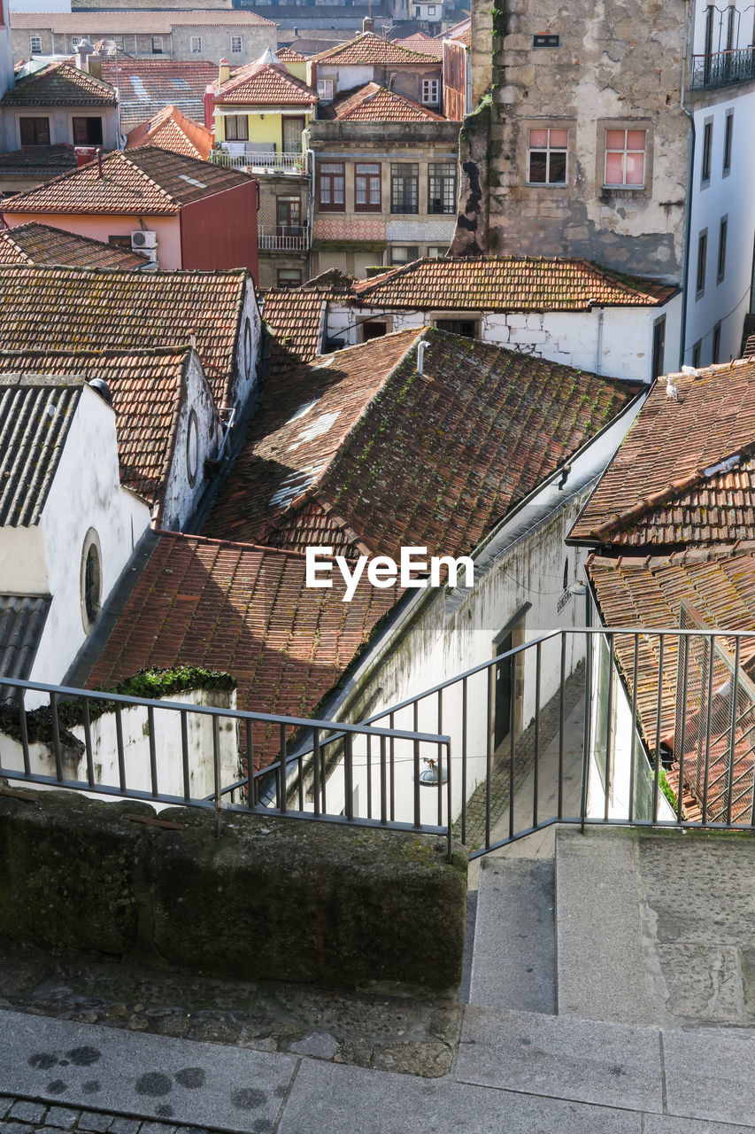 architecture, built structure, building exterior, building, roof, residential district, house, city, roof tile, day, no people, town, window, nature, high angle view, outdoors, old, community, sunlight, townscape, row house