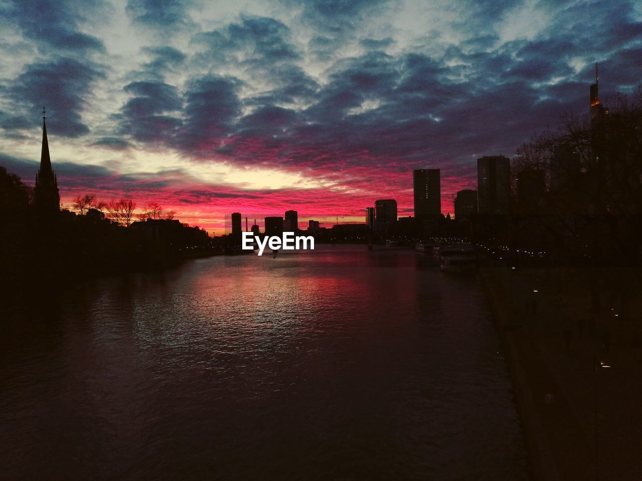 sky, cloud - sky, building exterior, architecture, built structure, sunset, water, city, building, waterfront, urban skyline, nature, office building exterior, landscape, river, skyscraper, silhouette, no people, reflection, cityscape, tall - high, outdoors, modern, spire