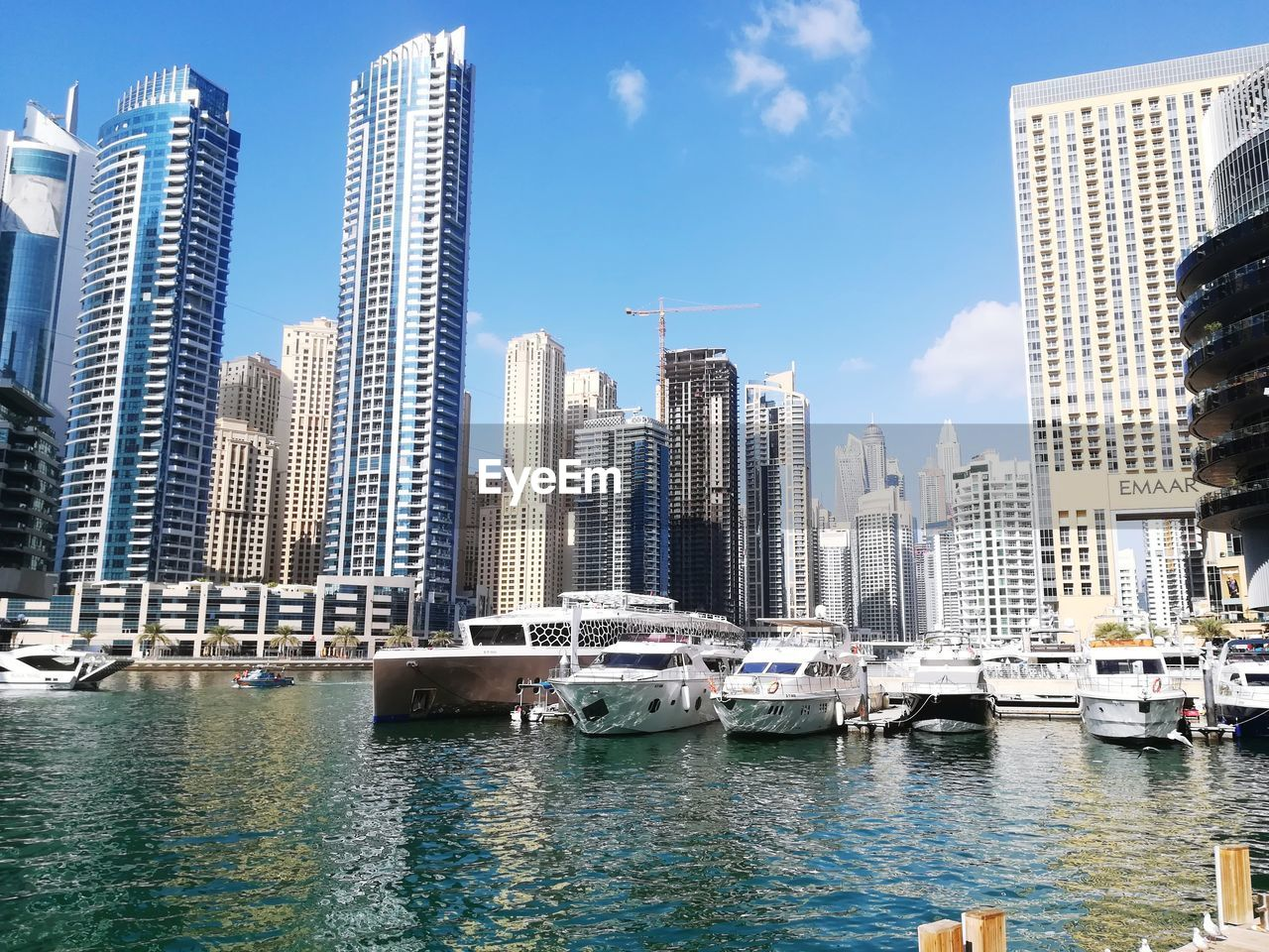 VIEW OF MODERN BUILDINGS IN MARINA