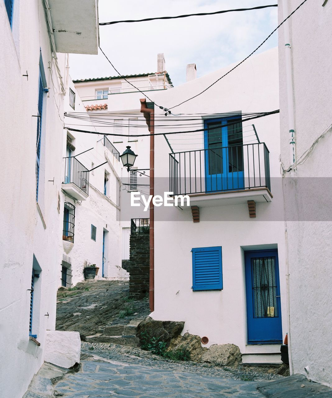 building exterior, architecture, built structure, window, residential building, house, outdoors, day, no people, town, sky