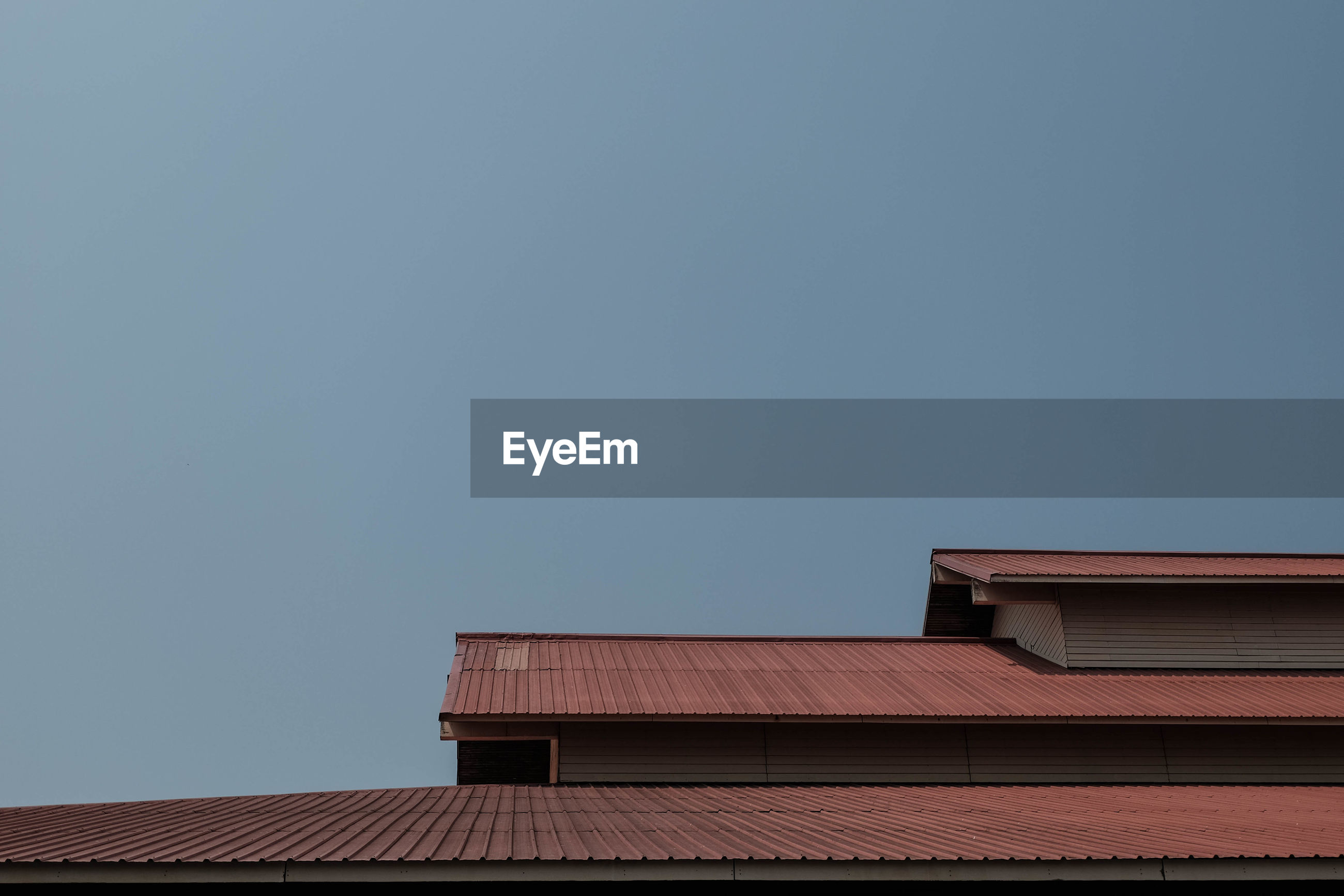 LOW ANGLE VIEW OF HOUSE ROOF AGAINST SKY