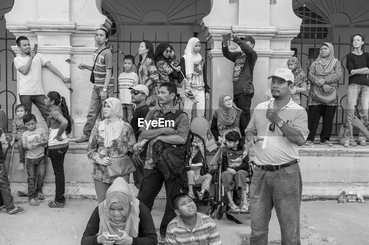 large group of people, real people, men, human representation, sculpture, women, lifestyles, day, statue, built structure, standing, architecture, weapon, outdoors, crowd