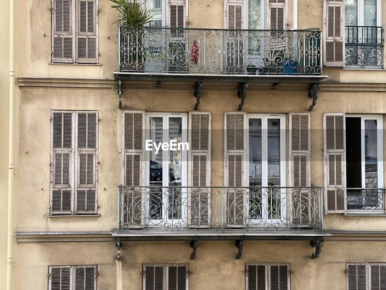 window, building exterior, architecture, built structure, building, no people, day, residential district, glass - material, full frame, low angle view, outdoors, balcony, backgrounds, city, reflection, townhouse, apartment, shutter, side by side