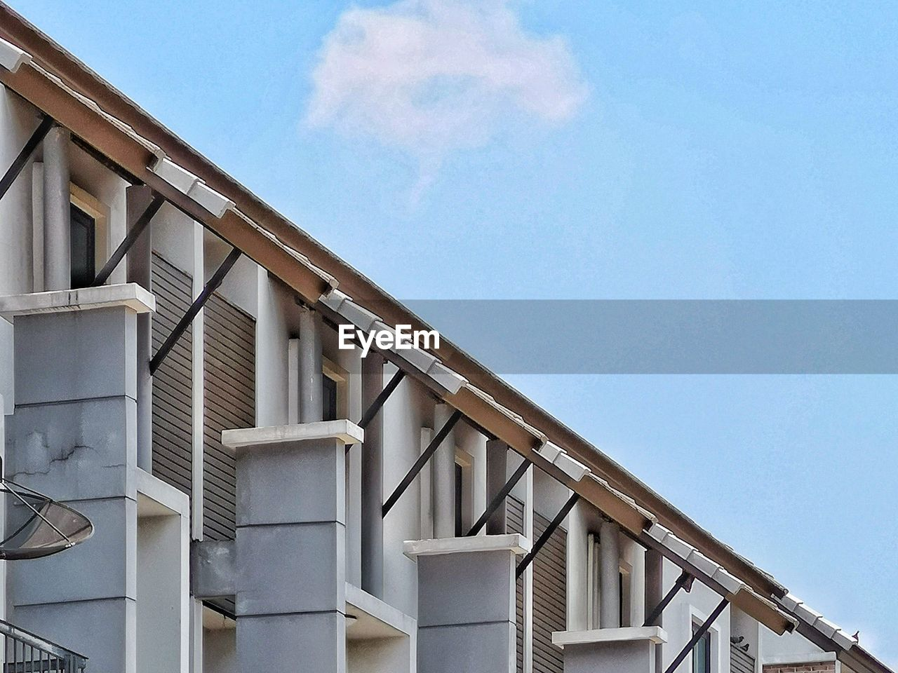 sky, built structure, architecture, low angle view, building exterior, cloud - sky, day, no people, blue, nature, building, railing, outdoors, sunlight, wood - material, copy space, window, roof, residential district, balcony