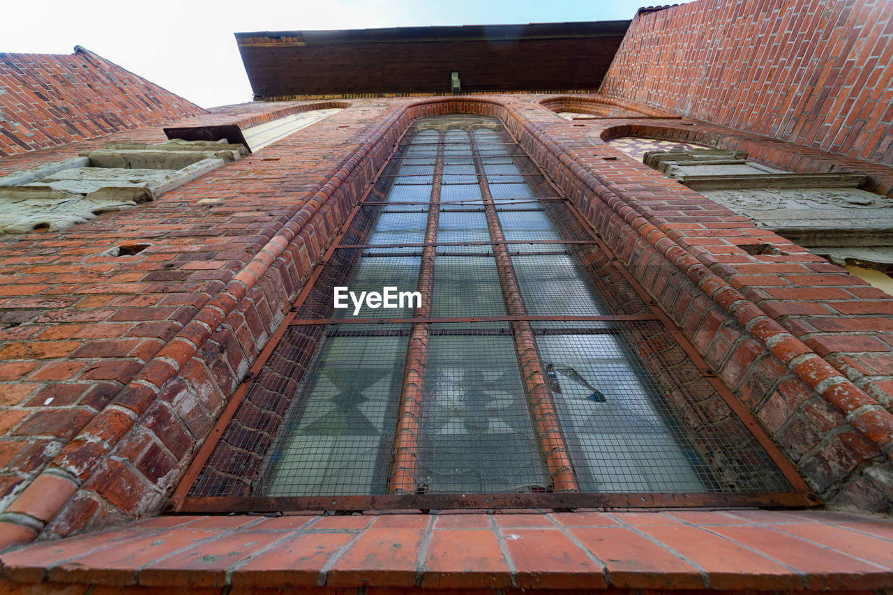 architecture, built structure, building exterior, building, no people, brick wall, day, sky, brick, low angle view, roof, wall, city, history, travel destinations, window, nature, old, outdoors, the past, roof tile