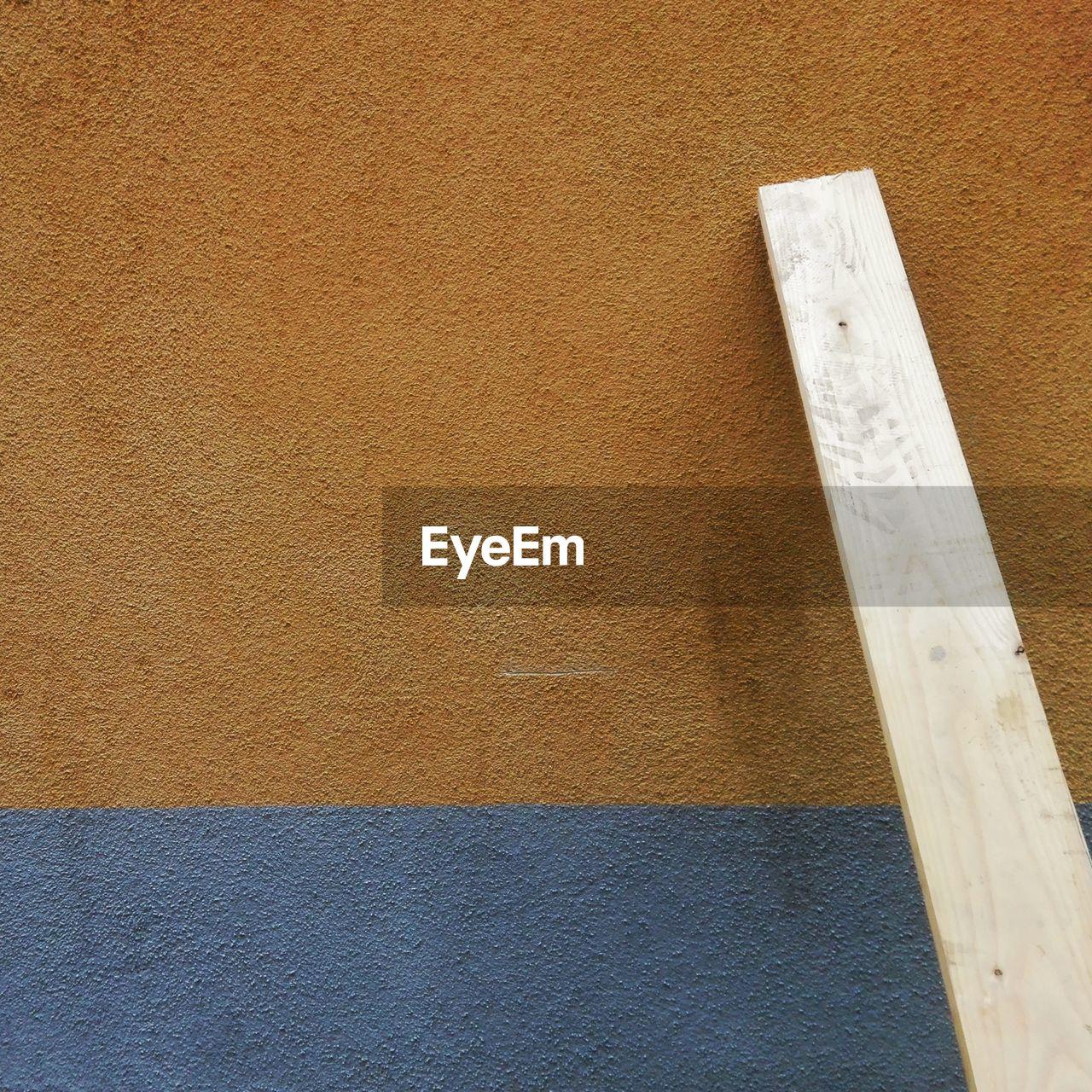 Close up of tiled floor. la fotografia mostra, non dimostra