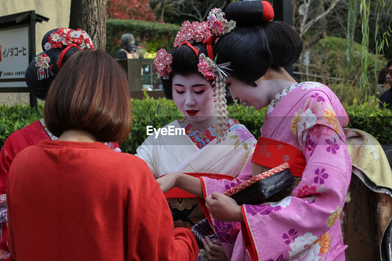 traditional clothing, real people, kimono, lifestyles, togetherness, day, outdoors, young women, young adult, two people, girls, women, beautiful woman, flower