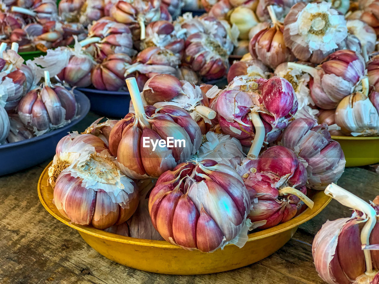 food and drink, food, freshness, wellbeing, healthy eating, still life, market, no people, large group of objects, close-up, vegetable, market stall, for sale, day, onion, abundance, high angle view, retail, indoors, garlic, retail display
