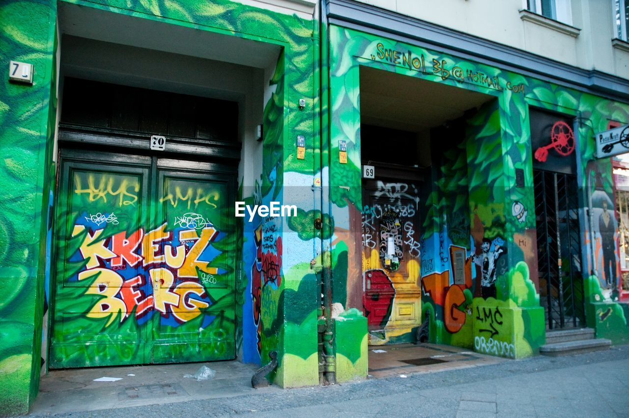 architecture, built structure, graffiti, building exterior, day, outdoors, multi colored, no people