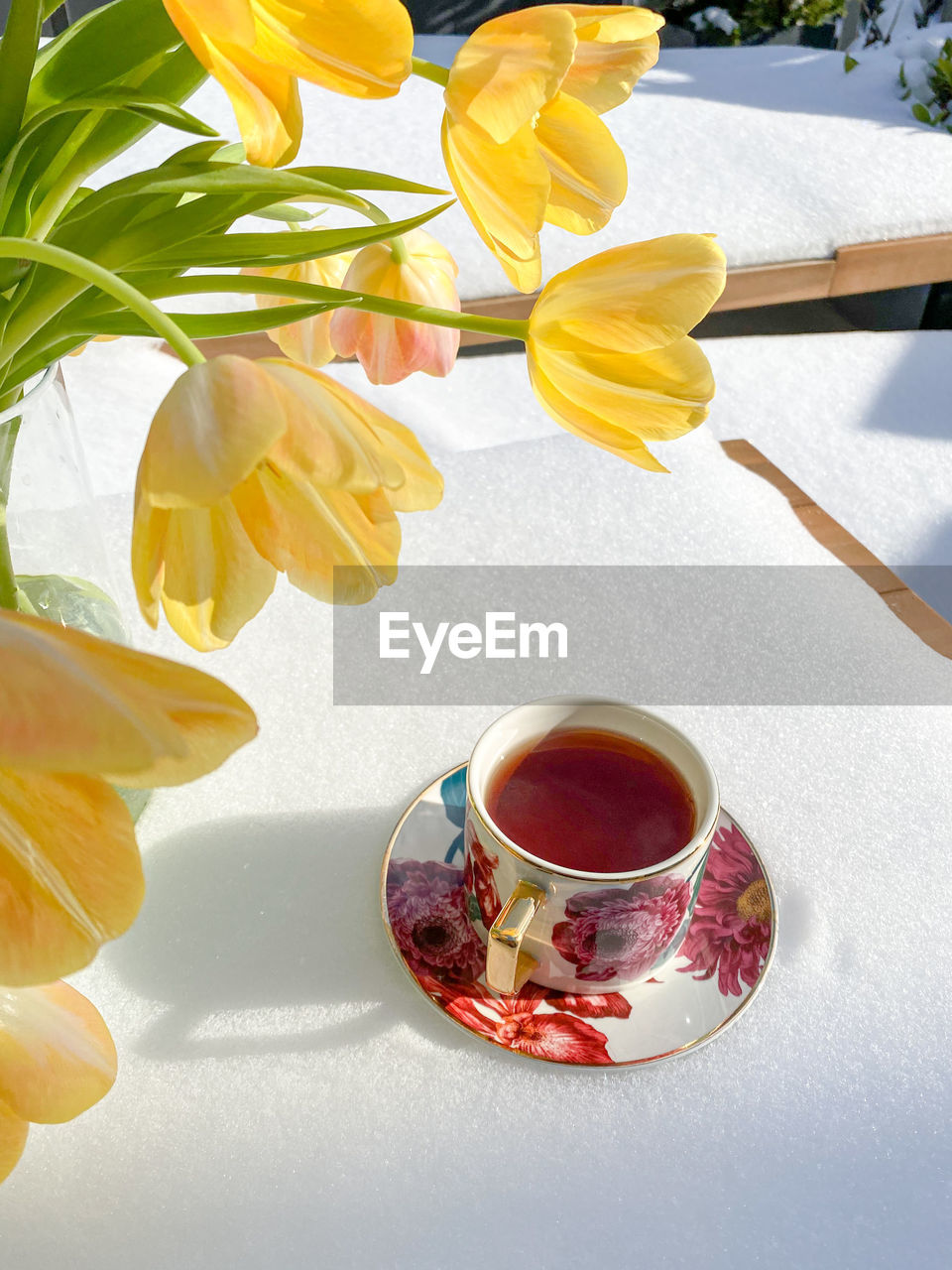 HIGH ANGLE VIEW OF TEA SERVED ON TABLE IN VASE